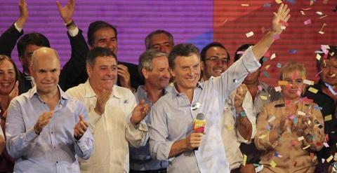 El alcalde de Buenos Aires, Mauricio Macri (c), festeja junto Horacio Rodríguez Larreta (i) los resultados electorales. /EFE