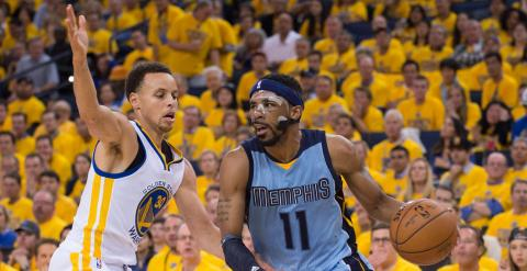 Mike Conley conduce el balón ante Stephen Curry. /REUTERS