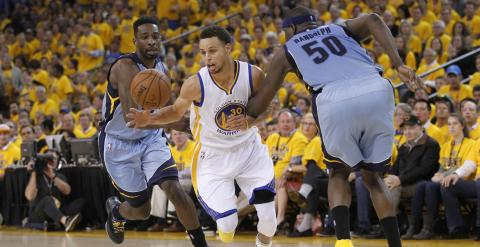 Stephen Curry, de los Warriors, se marcha de Randolph y Green, de los Grizzlies. /REUTERS