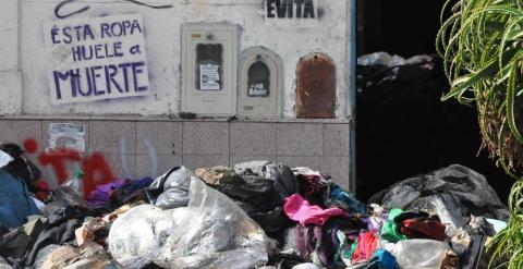 """Imagen del local en el que se produjo el incendio donde se puede leer en una pintada: """"Esta ropa huele a muerte"""""""
