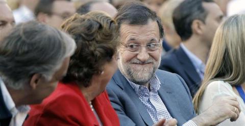 Barberá y Rajoy conversan durante el acto en Valencia. EFE/Juan Carlos Cárdenas