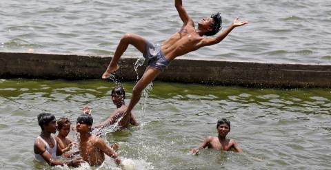 Un grupo de jóvenes se baña en el río Sabarmati en medio de la ola de calor que azota al país, en Ahmedabad, India./ REUTERS/Amit Dave