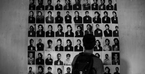 Rostros de algunas de las víctimas del genocidio de Camboya en una de las prisiones más temibles del régimen jemer, la S-21. - PAU GARCÉS