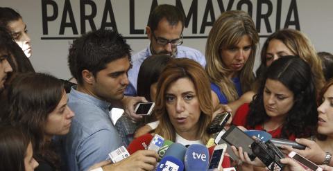 Susana Díaz, atiende a los medios tras reunirse con Pedro Sánchez. / EFE