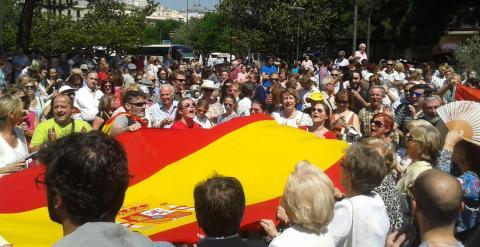 Manifestantes de la concentración 'anti-podemos', con una bandera de España gigante / A.I