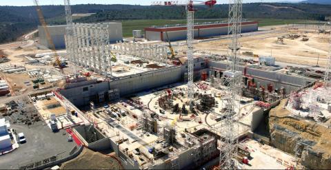 Imagen actual de las obras del ITER tomada por un drone desde 60 metros de altura. La estructura circular corresponde al reactor tokamak. Las columnas metálicas indican el edificio de montaje. Al fondo, el primer edificio terminado, destinado a la constru