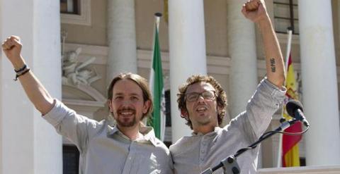 El líder de Podemos, Pablo Iglesias, junto al alcalde de Cádiz, José María González ,'Kichi'. / EFE