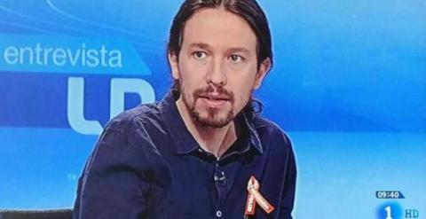 Pablo Iglesias, en su aparición de hoy en 'Los Desayunos de TVE'. El lazo naranja que luce en el pecho simboliza su apoyo a los trabajadores de la cadena y sus reivindicaciones.