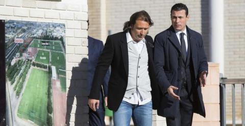 El presidente y el director deportivo del Valencia enfilan la salida