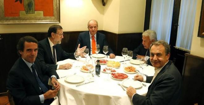 Imagen facilitada por Presidencia del Gobierno, del Rey Juan Carlos (c) acompañado por el Presidente del Gobierno, Mariano Rajoy (2i) y los expresidentes José María Aznar (i), Felipe González (2d) y José Luis Rodriguez Zapatero, durante una cena privada