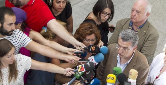 Los consejeros de Sanidad y de Ciudadanía y Derechos Sociales, Sebastián Celaya (d) y Victoria Broto (i), respectivamente, hacen declaraciones en el Hospital Miguel Servet de Zaragoza donde se encuentran ingresados los heridos en el incendio de la residen