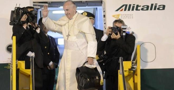 El papa Francisco se despedida hoy, domingo 12 de julio de 2015, en el aeropuerto internacional Silvio Pettirossi de Asunción (Paraguay), durante su ultimo día de visita al país.- EFE