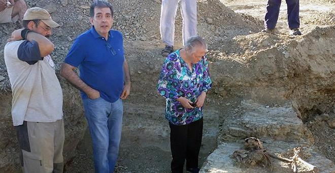 Un miembro del equipo de arqueólogos que ha realizado la exhumación de Bernabé, asesinado en 1936, junto a