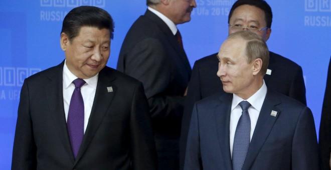 El presidente ruso Vladimir Putin junto al presidente de China Xi Jinping.  REUTERS/Sergei Karpukhin