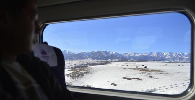 Un pasajero viaja desde Lanzhou hasta la región china de Xinjiang. AFP