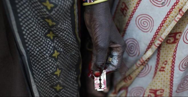 Imagen de una cuchilla con la que se realiza la ablación genital femenina.- REUTERS