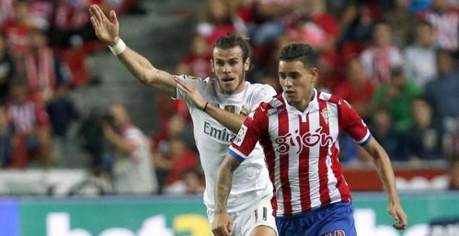 Bale y Sanabria, durante el partido entre el Sporting y el Real Madrid de este domingo. EFE/J.L Cereijido