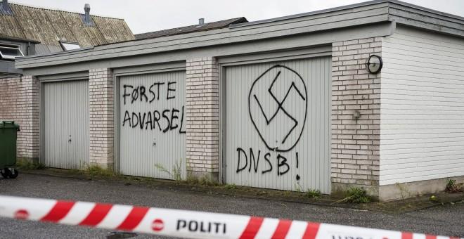 Signos neonazis en las paredes del centro de asilo de la Cruz Roja en Lyngbygaard, en Trustrup, en el oeste de Dinamarca, este 27 de agosto de 2015.-REUTERS / Bo Amstrup