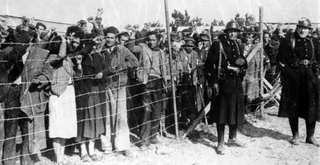 Refugiados españoles en el campo de internamiento de Argelès-Sur-Mer, en el este de Francia, donde fueron a parar la mayoría de los republicanos que huyeron por Catalunya.