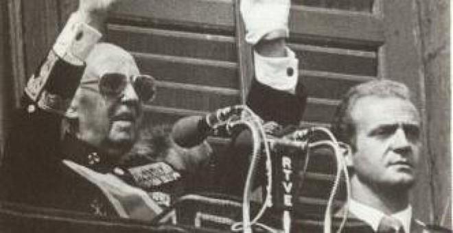 Franco y el Príncipe Juan Carlos en la Plaza de Oriente el 1º de octubre de 1975