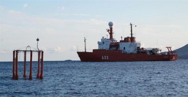 Un barco científico investiga la variación del pH del agua del Atlántico.- E.P