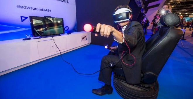 Un asistente a la feria prueba PlayStation VR. - SONY COMPUTER ENTERTAINMENT ESPAÑA