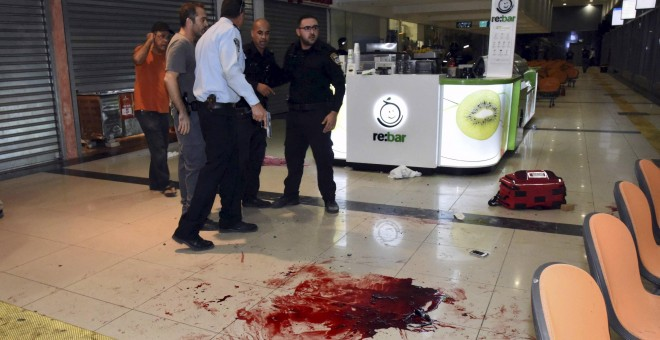 Israeli security personals stand next to blood on the floor, at the Beersheba central bus station where a Palestinian gunman went on a stabbing and shooting rampage, October 18, 2015. A gunman went on a stabbing and shooting rampage at the central bus sta