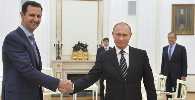 El presidente sirio Bashar al-Asad y Putin se dan la mano durante la visita de ayer en Moscú. REUTERS
