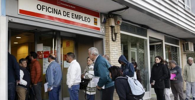 Gente haciendo cola en una oficina de empleo en Madrid. /REUTERS