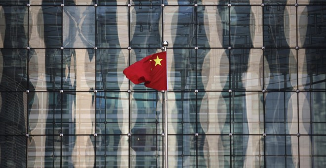 La bandera china frente a un edificio del distrito financiero de Pekín. REUTERS/Kim Kyung-Hoon