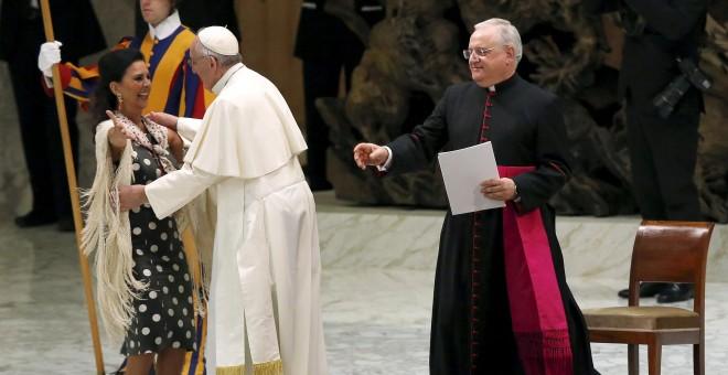 El Papa recibiendo a la cantante Maria Jose Santiago.- REUTERS.