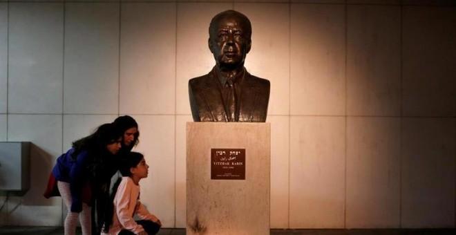 Busto de Rabin en la plaza de Tel Aviv donde fue asesinado el 4 de noviembre de 1995. / EFE