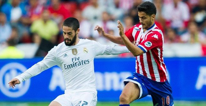 Nacho Cases persigue a Isco en el Sporting-Real Madrid de la primera jornada.