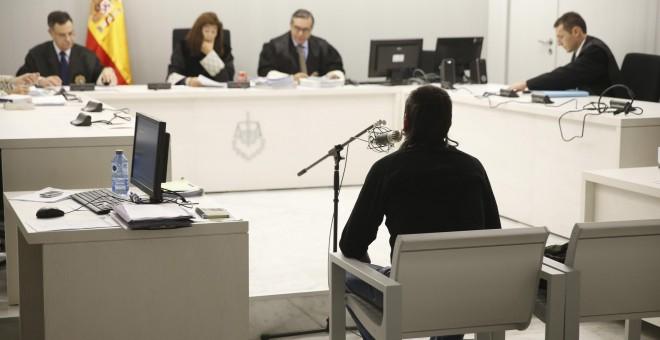 La Audiencia Nacional juzga este viernes a Félix Urbistondo, acusado de enaltecimiento del terrorismo de ETA en Facebook para quien el fiscal pide un año y seis meses de prisión. EFE