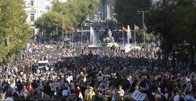 La marcha avanza desde Cibeles./ EFE