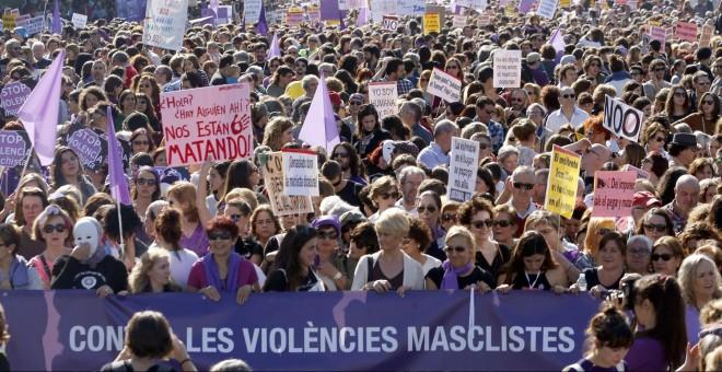 7. Decenas de miles de personas en la manifestación contra la violencia machista en Madrid. EFE/J. J. Guillén