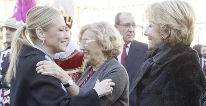 La alcaldesa de Madrid Manuela Carmena, saluda a la presidenta de la Comunidad de Madrid, Cristina Cifuentes, en presencia de la portavoz popular en el Ayuntamiento, Esperanza Aguirre, durante la tradicional misa en honor a la patrona de la capital, la Vi