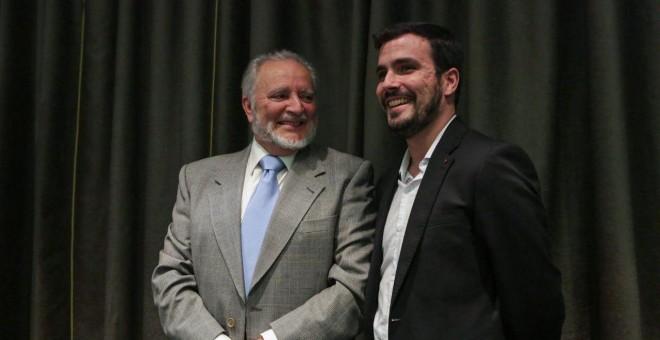 Julio Anguita junto a Alberto Garzón durante la presentación del libro 'Atraco a la Memoria'- IU/ José Camó