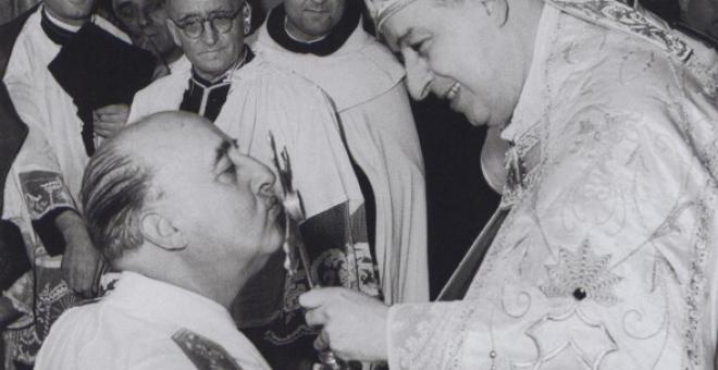 Franco durante la celebración de una misa