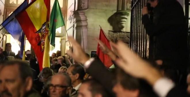 Captura de pantalla de un vídeo en la puerta de la iglesia de San Fermín de los navarros, donde ayer se realizó un homenaje a Franco y a José Antonio Primo de Rivera