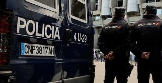 La Policía Nacional no pierde detalle de lo que sucede en el Santiago Bernabéu. EFE/Chema Moya.