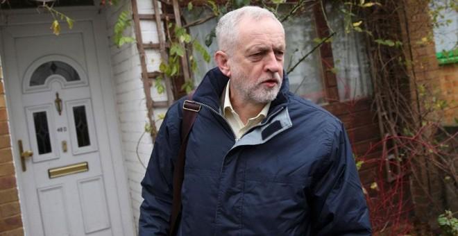 Jeremy Corbyn abandona su casa de Londres, este martes. REUTERS/Neil Hall