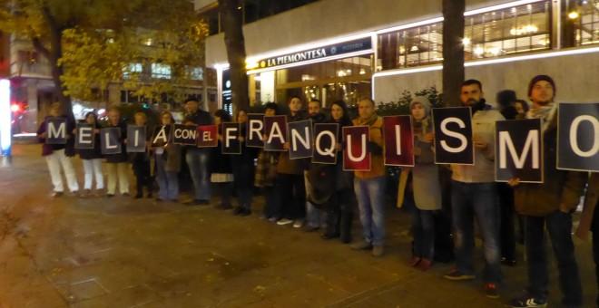 Miembros de la Federación Estatal de Foros por la Memoria se manifiestan a las puertas del hotel Meliá Castilla. D. Narváez.