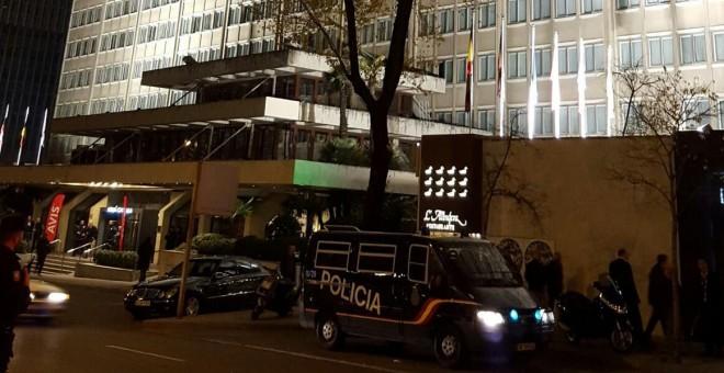 Agentes de la Policía Nacional vigilan la entrada al hotel Meliá Castilla. / Foro por la Memoria Comunidad de Madrid.