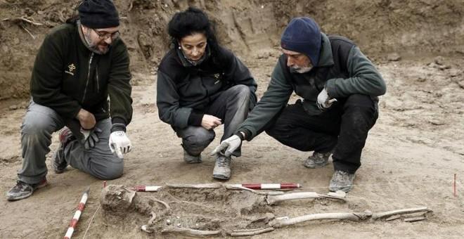 Restos de uno de los cuerpos encontrados en una fosa junto a la localidad de Ibero, en Navarra. / EFE