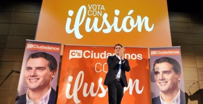 El candidato de Ciudadanos a la Presidencia del Gobierno, Albert Rivera (c), durante su intervención en un acto electoral celebrado hoy en Toledo. EFE/Ismael Herrero