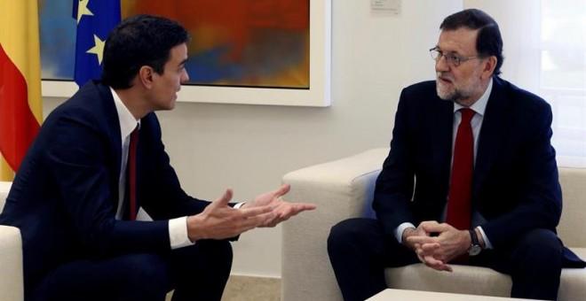 El presidente del Gobierno, Mariano Rajoy (d), y el líder del PSOE, Pedro Sánchez (i), durante su reunión en La Moncloa. /EFE