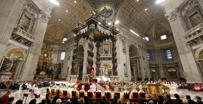 El Papa Francisco, en su primera misa del año en la Basílica de San Pedro, en el Vaticano. REUTERS/Giampiero Sposito