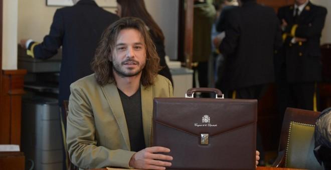 Miguel Vila con su cartera de diputado en el Congreso.-DANI GAGO / PODEMOS