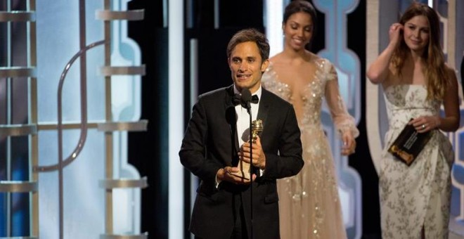Gael García Bernal al recoger su premio como mejor actor de comedia por 'Mozart in the jungle'. /EFE